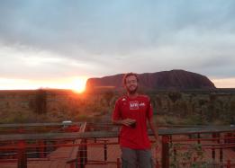 lever de soleil (6h30) à Uluru avec un petit café. Uluru c'est le gros caillou sacré pour les aborigènes en plein milieu de l'Australie