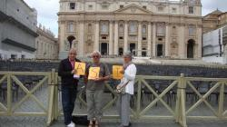 Luc Bouvier un des membres actif de l'ASI pense à son club devant la place St Pierre à Rome en Italie