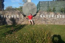 Vincent Guillon lors de ses vacances devant le village naturiste du Cap d'Agde