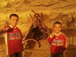 Hugo et Abel Boussion, deux jeunes joueurs de l'ASI lors de la visites d'une grotte pendant leur vacances en Dordogne